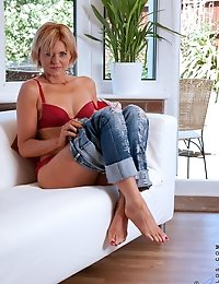 Anilos Rebecca slides off her jeans on the couch and exposes her curvy cougar body
