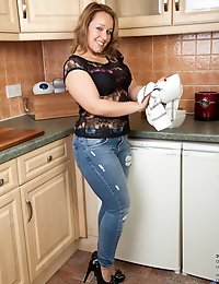 New mommy takes a break from her house work to get naughty in the kitchen