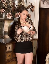 Classy UK housewife gets horny while her husband is away