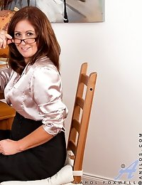 Voluptous Carol Foxwell loves teasing herself