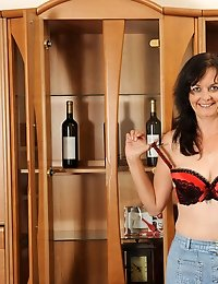 Seductive milf Renie poses and flaunts her natural mature beauty